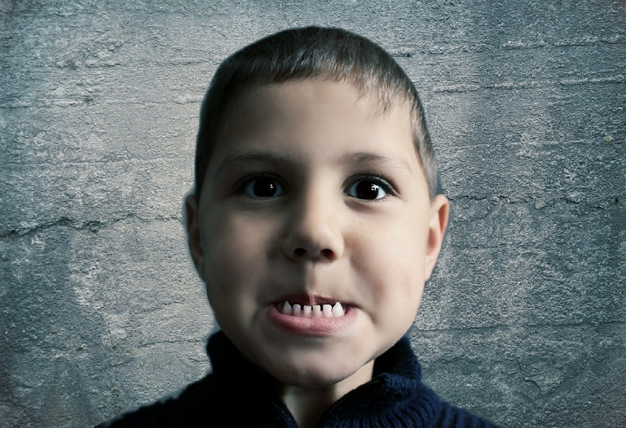 Dziecko pokazuje zęby