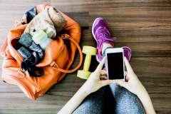 Sprzęt treningowy i telefon - zdjęcie partnera