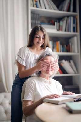 Starsza pani z opiekunką - zdjęcie partnera