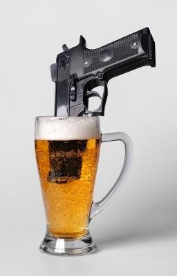 piwo/pistolet,by Boaz Yiftach/www.freedigitalphotos,net