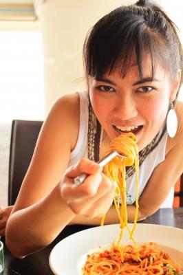 kobieta je spagetti, nuchylee / www.freedigitalphotos.net