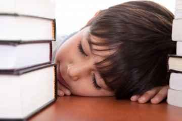 chłopiec śpiący przy książkach, by photostock / www.freedigitalphotos.net
