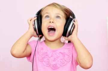 dziecko słucha muzyki, Michal Marcol / www.freedigitalphotos.net