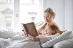 Kobieta czyta książkę - zdjęcie partnera