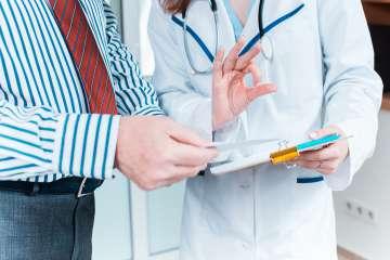 Pacjent u lekarza zbliżenie na ręce - zdjęcie partnera
