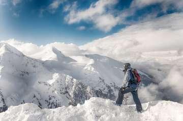 Góry zimą, człowiek na szczycie - zdjęcie partnera