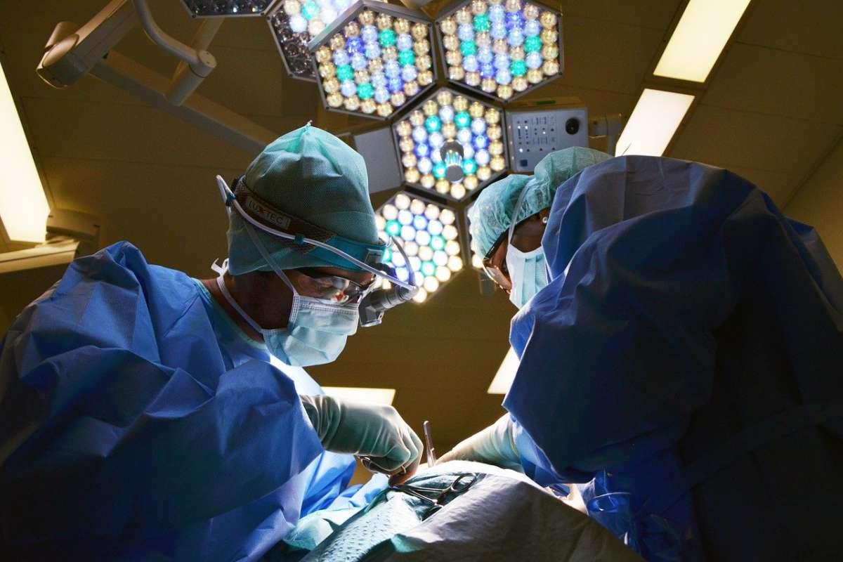 Lekarz w czasie operacji - zdjęcie partnera