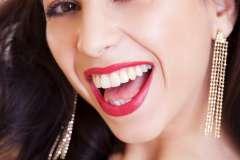 Uśmiechnięta dziewczyna suszy zęby - zdjęcie partnera