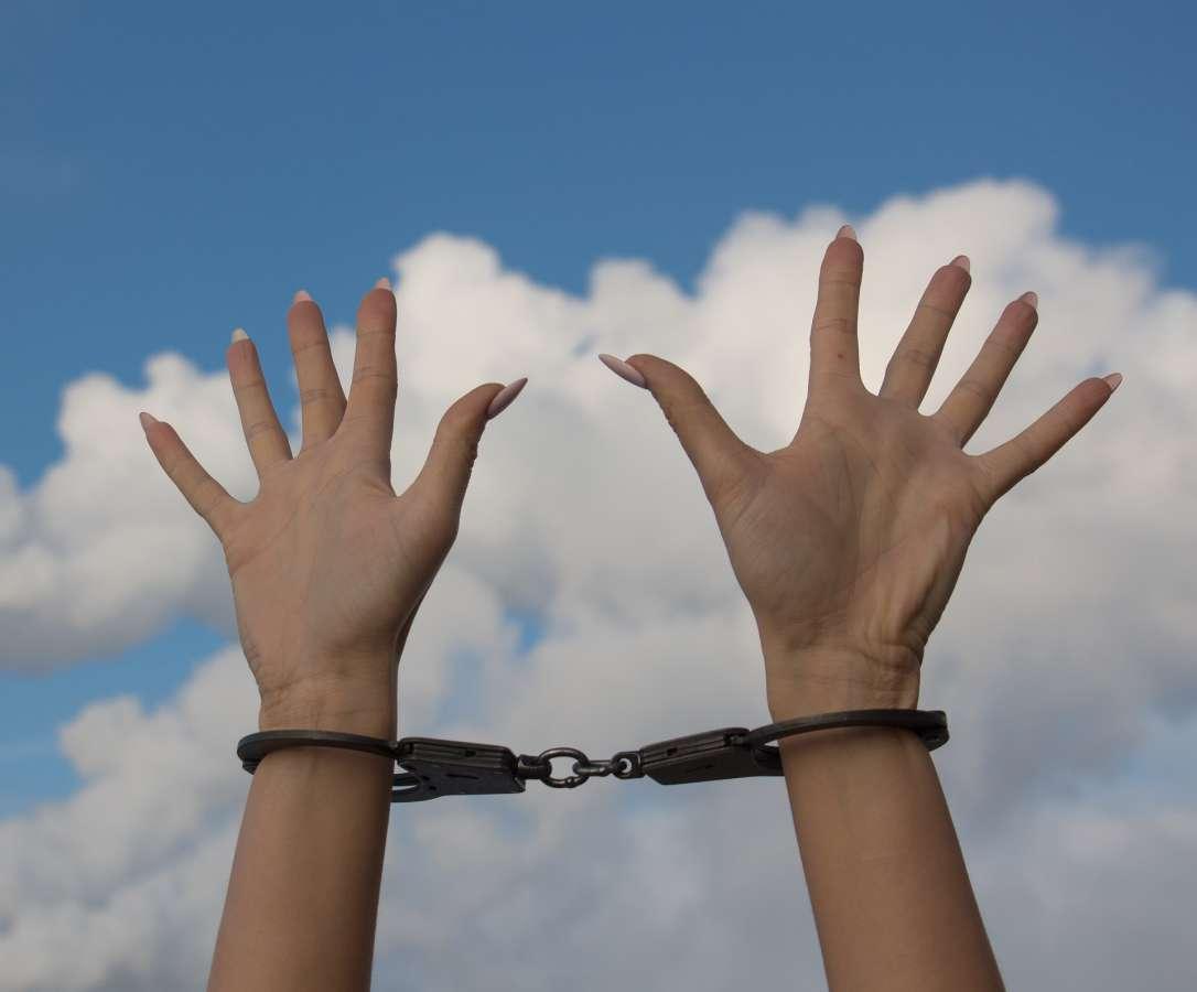 Kajdanki - ręce kobiety - zdjęcie partnera