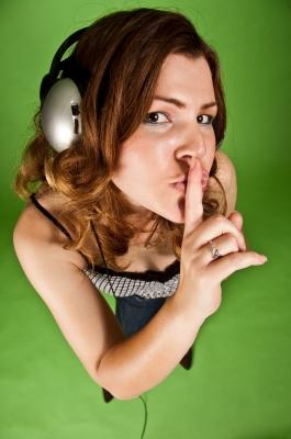muzyka, dziewczyna ze słuchawkami, by imagerymajestic/www.freedigitalphotos.net