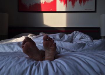 Nogi pod pościelą - zdjęcie partnera